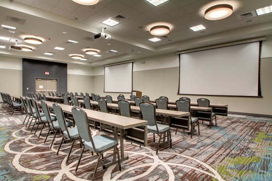 Peoria, IL: Five large screens and projectors for optimal visual presentations