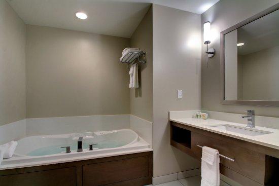 Peoria, IL: Executive Suite Jacuzzi Tub