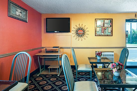 Rodeway Inn Benton Harbor: Breakfast Seating