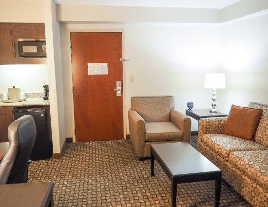 Blacksburg, Вирджиния: Your Own Living Area In Each Room