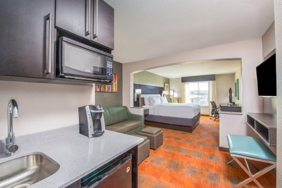Shawnee, KS: Spacious King Suite