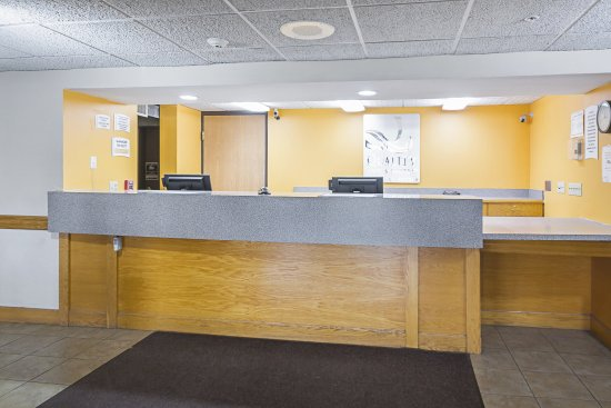 Quality Inn and Suites: Front Desk