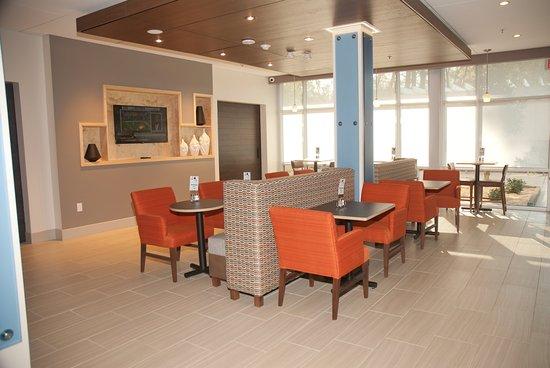 Decatur, AL: Cozy and Spacious Breakfast Area