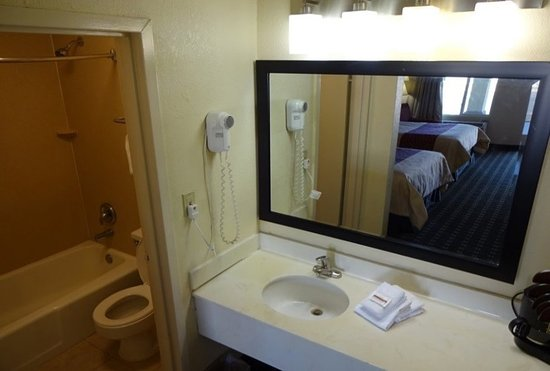 Bathroom picture of red roof inn suites greenwood sc for Bathroom suites direct