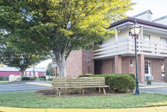 Uhrichsville, OH: Exterior