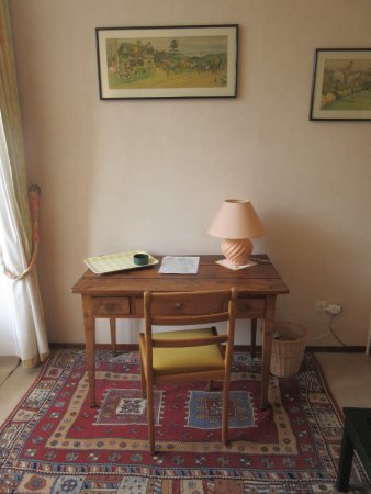 Villers-Agron-Aiguizy, ฝรั่งเศส: Writing desk in the yellow room