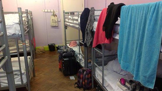 Hatter's Hostel: 房間裡沒有置物櫃,走廊有locker,但不大