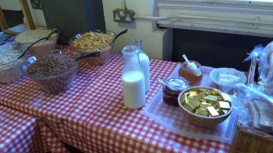 Hatter's Hostel: 房價含早餐, 雖然房間很可怕, 早餐卻很不錯