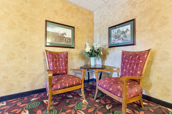 Fairmont, MN: Lobby Sitting Area