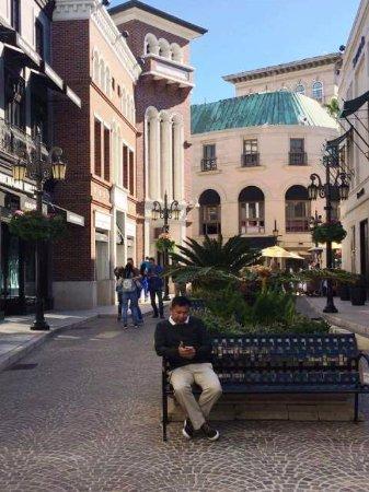 เบเวอร์ลีฮิลส์, แคลิฟอร์เนีย: One can just sit and relax in one of the benches