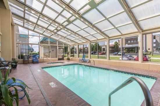 Econo Lodge Inn & Suites Joplin: Outdoor pool