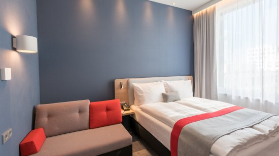 Velizy-Villacoublay, Francia: Double Bed Guest Room