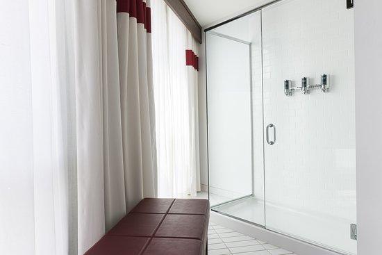 Des Moines, WA: Loft Bathroom