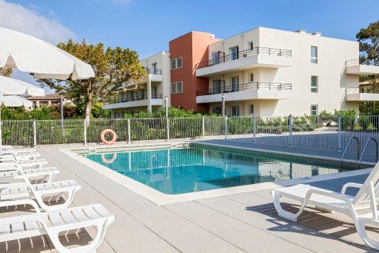 Comfort Suites Cannes Mandelieu : Outdoor Pool