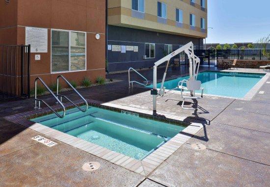 Woodland, CA: Outdoor Pool & Hot Tub
