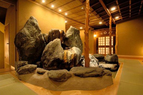 Chikuma, Japan: 2F通路の置石