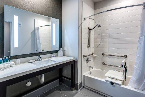Holiday Inn Express Gatesville Guest Bathroom