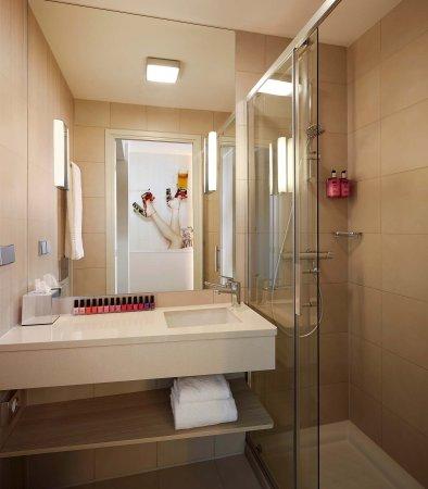 Eschborn, Deutschland: Moxy Sleeper Bathroom