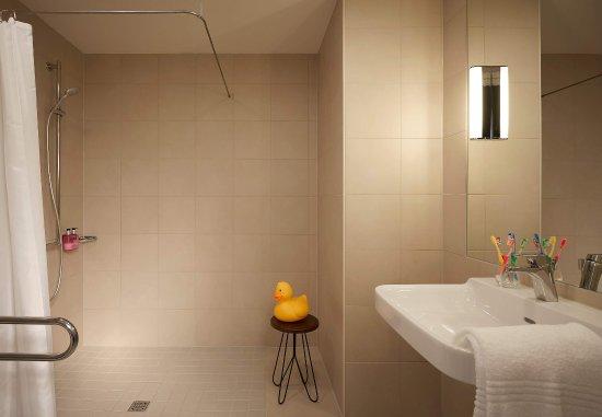 Eschborn, Deutschland: Moxy Large Bathroom