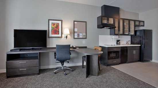 Grand Island, NE: Plenty of work space in all rooms