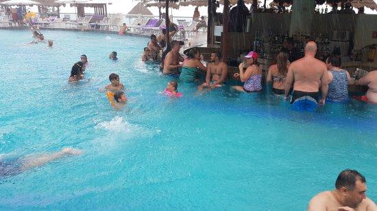 Paradisus Cancun: Bar de la Piscina, día con lluvia espectacular