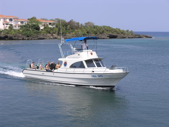 West End, Honduras: The Uba Isti, in Half Moon Bay, coming in from a dive.