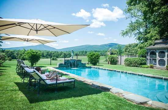 Glen Gordon Manor: Relaxing poolside