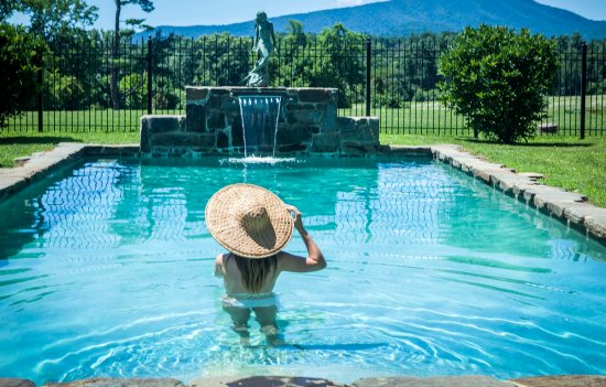 Huntly, VA: Dip in the pool
