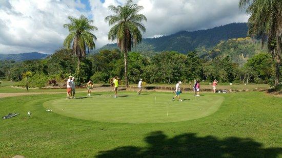 Ciudad Cortes, Costa Rica: Practicing Putting