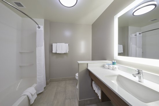 Holiday Inn Express Hermiston Downtown Guest Room Bathroom