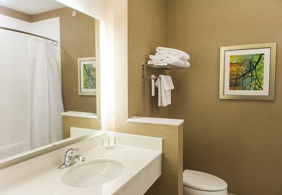 Cambridge, OH: Queen/Queen Guest - Bathroom