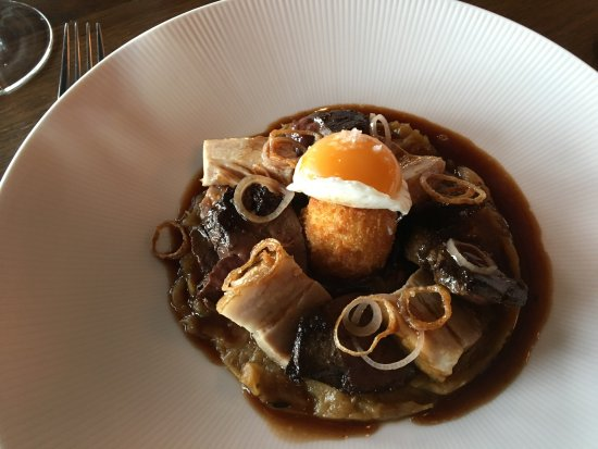 Old Windsor, UK: Liver and onion with egg