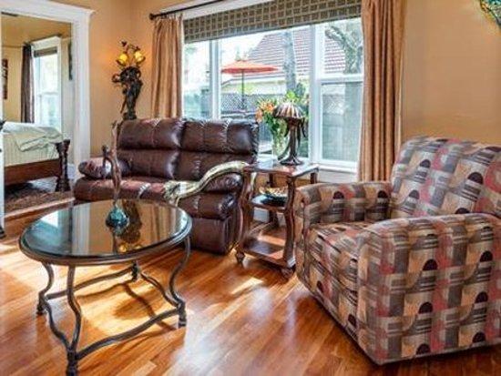 Bella Luna Inn: Camellia Sitting area