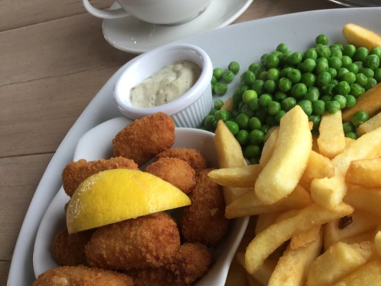 Teignmouth, UK: Scampi and chips. Hubby said it was lovely.