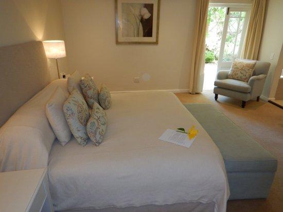 โรงแรมเดอะลาสเวิล์ดฟรานโชค: Extremely comfortable King Size bed with our welcome note on it