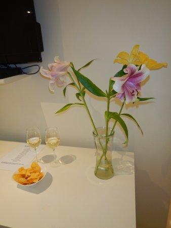 โรงแรมเดอะลาสเวิล์ดฟรานโชค: Wine, snacks & flowers waiting for us daily