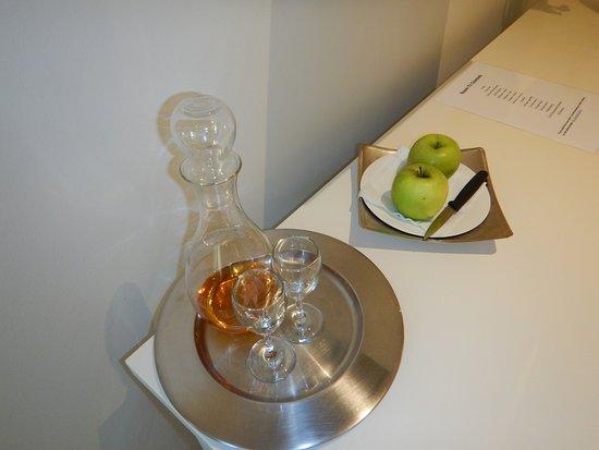 """โรงแรมเดอะลาสเวิล์ดฟรานโชค: Snacks (apples) and a """"night cap"""""""