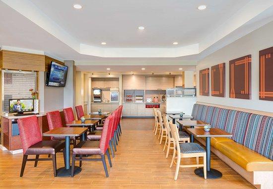 Dover, NJ: Breakfast Area