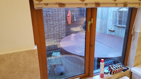 Egerton, UK: Hot tub outside bathroom window of the Discovery suite