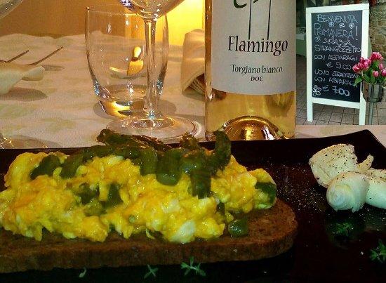 Bastia Umbra, İtalya: Uova strapazzate con asparagi su crostone ai cereali