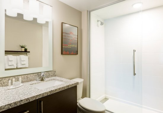 Altoona, Pensilvania: Suite Vanity & Bathroom Area