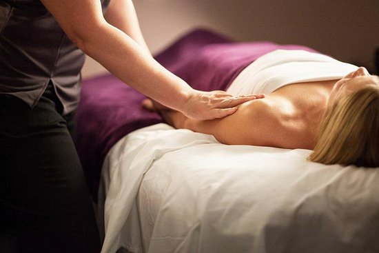 Geneva, إلينوي: Working out muscle tension during a massage makes stress melt away.