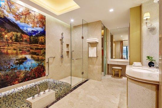 Heyuan, Cina: Hotspring Deluxe Room Bathroom