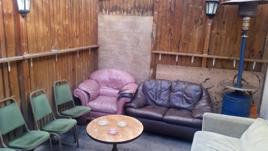 Macclesfield, UK: Outside seating and smoking area