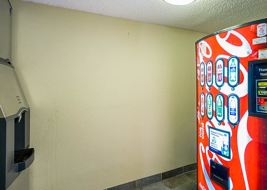 Quality Inn & Suites: Vending area