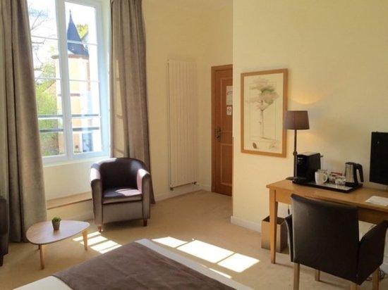 Montfort-l'Amaury, France: Room