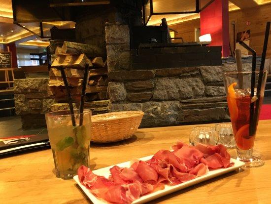 Mercure Saint Lary Sensoria: bar super agréable cheminée magnifique