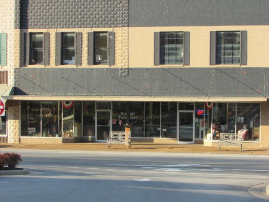 Waverly, TN: Store front coming into town from Hwy 13