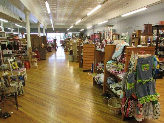 Waverly, TN: Sales floor