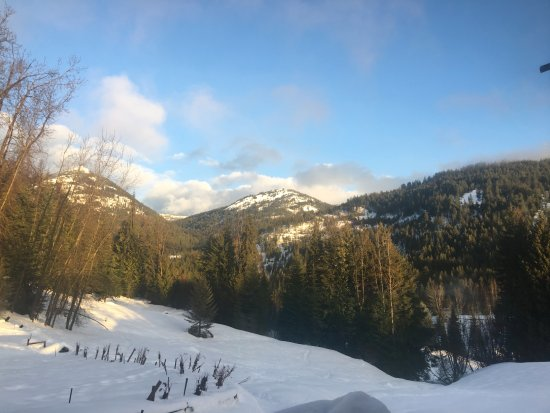 Red Barn Lodge: Kootenays from Sitting Nook